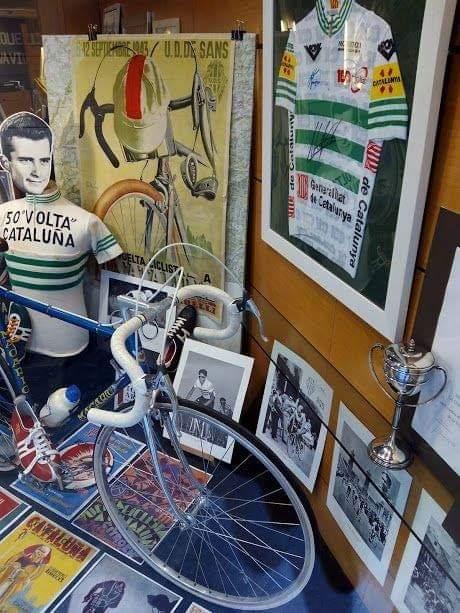 el maillot de Lavolta enmarcado con marco blanco en escaparate totart barcelona