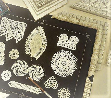 ideas para decorar con ganchillos muestrario con marcos blancos